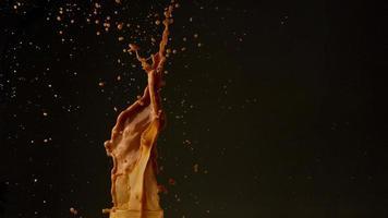 spruzzata di caffè sul nero foto