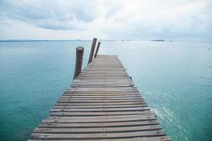 molo in legno al mare foto