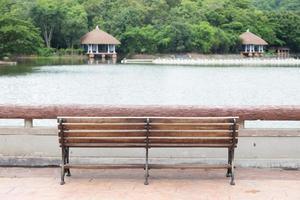 panchina vicino al laghetto foto