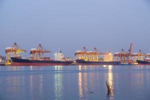 navi da carico che attraccano in Tailandia foto