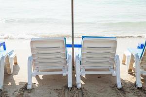 lettini per prendere il sole in spiaggia foto