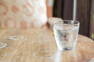 un bicchiere d'acqua fredda