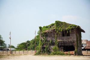 vecchia casa in legno in thailandia