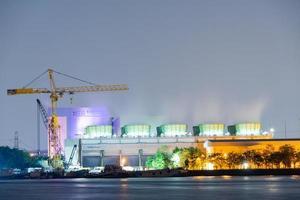 centrale elettrica a bangkok al crepuscolo foto