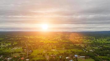 vista aerea sul piccolo villaggio vicino al ciglio della strada di campagna foto