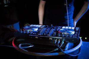 dj che suona musica da giradischi al night club foto