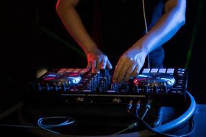 dj che suona musica da giradischi alla festa in un night club foto