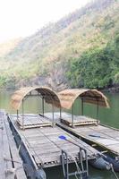 zattere sul fiume in thailandia