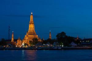 tempio di wat arun a bangkok di notte