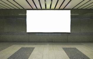 tabellone per le affissioni bianco in una stanza vuota foto