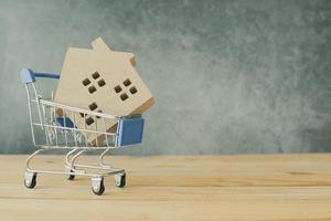 modello di casa in un carrello della spesa