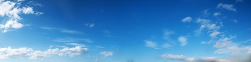 cielo con nuvole in una giornata di sole