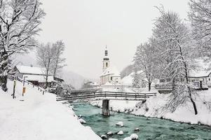 scenico paesaggio invernale nelle alpi bavaresi foto