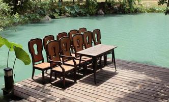 set di sedie e tavolo su un molo