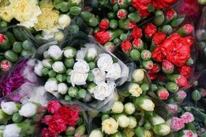 vista dall'alto di mazzi di fiori