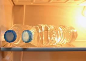 acqua in bottiglia in frigorifero foto