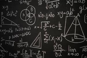 lavagna inscritta con formule scientifiche e calcoli foto
