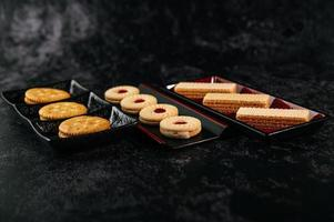 biscotti ben disposti su un piatto foto