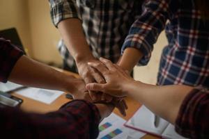 affari unisce le mani insieme foto