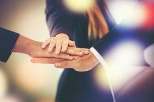 squadra di affari unisce le mani insieme foto