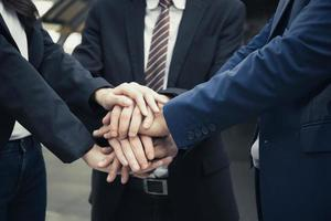 gruppo di partner commerciali con le mani insieme foto