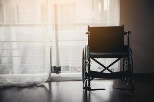 immagine di una sedia a rotelle in una stanza