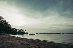il mare e il cielo azzurro la sera foto