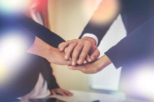 squadra di affari che unisce le mani insieme foto