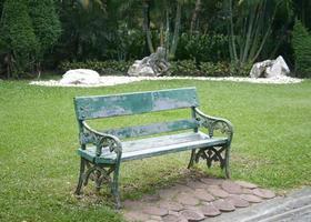 vecchia panchina nel parco foto