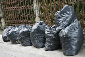 fila di sacchi della spazzatura all'esterno