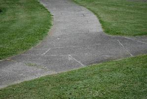 passaggio del marciapiede in erba verde foto