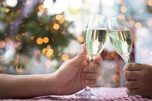 persone tintinnano bicchieri di champagne foto