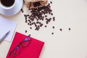 vista dall'alto tazza di caffè e chicchi di caffè foto