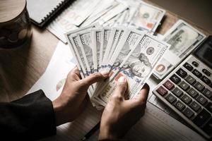 uomo d'affari calcola la crescita finanziaria e gli investimenti foto