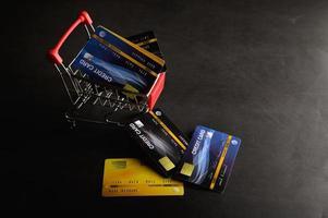 carte di credito su un carrello della spesa foto