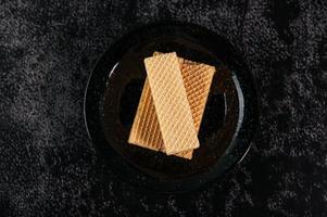 biscotti su uno sfondo scuro foto