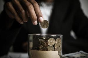 uomo d'affari che dà donazione di denaro in beneficenza foto