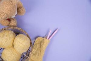 vista dall'alto del materiale da cucire su sfondo viola foto