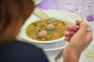 un piatto di zuppa di gnocchi di fegato con erba cipollina foto