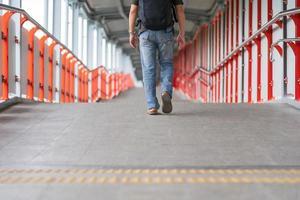 uomo che cammina in città foto
