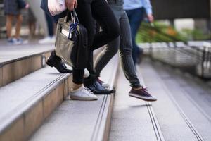 gruppo di persone che camminano sulle scale foto