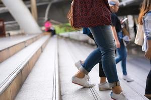 primo piano di persone che camminano sulle scale foto