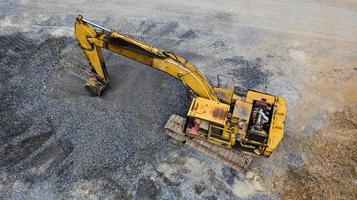 vecchio escavatore giallo foto