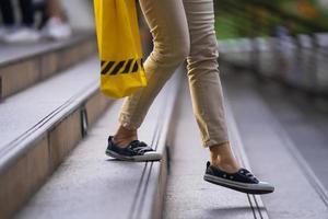 primo piano della persona che cammina sulle scale foto
