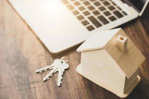 modello di casa in legno con chiavi foto