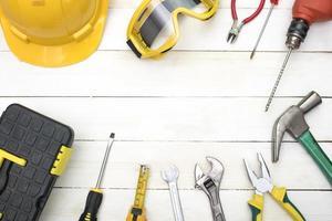 strumenti di costruzione su legno bianco, copia spazio nel mezzo foto