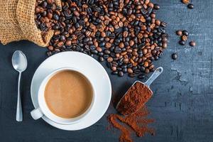 vista dall'alto di caffè su uno sfondo scuro foto