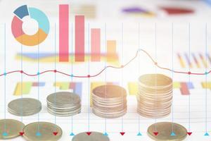 monete con sovrapposizione di grafici foto