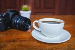 caffè e una macchina fotografica foto