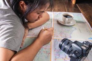 primo piano di una ragazza che fa programmi di viaggio foto